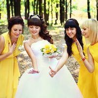 Невеста показывает колечко своим подружкам в жёлтом