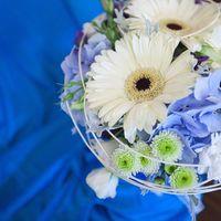 Букет невесты из голубой гортензии и белых гербер