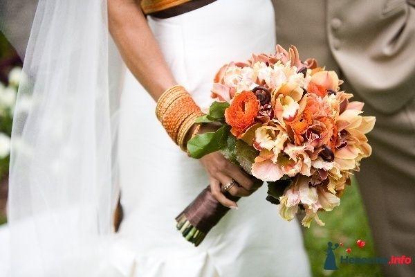 Букет невесты из зелени, оранжевых ранункулюсов и розовых орхидей, декорированный атласной коричневой лентой  - фото 81707 e.shamp