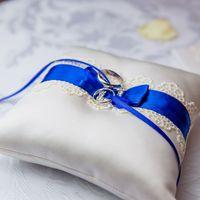 Подушечка для колец с синим бантом на сине-красной свадьбе Димы и Яны