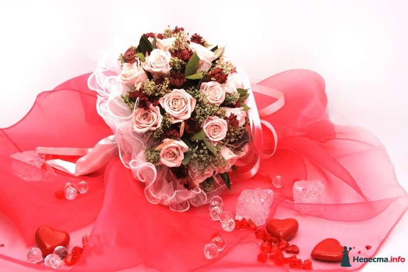 Букет невесты из зеленого седума, розовых и бордовых роз, декорированный белым кружевом  - фото 103567 Christina13