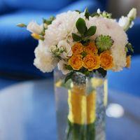 Бело-оранжевый букет невесты из роз и астр