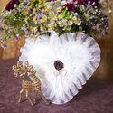 Белая кружевная подушечка для колец с чёрной розой