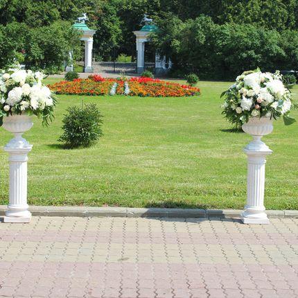 Аренда керамических колонн с вазонами