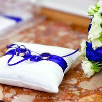Белая подушечка с синим декором