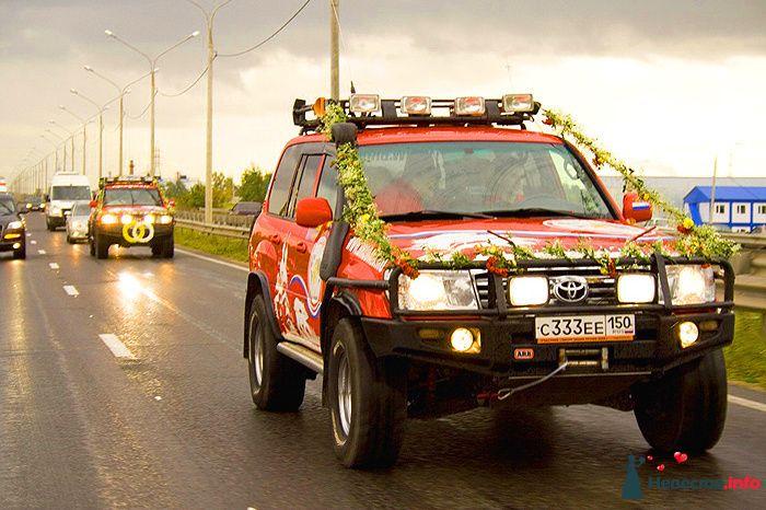 """Красная расписная """"Toyota"""", украшенная гирляндами. - фото 109207 Бродяги - аренда настоящих автомобилей"""
