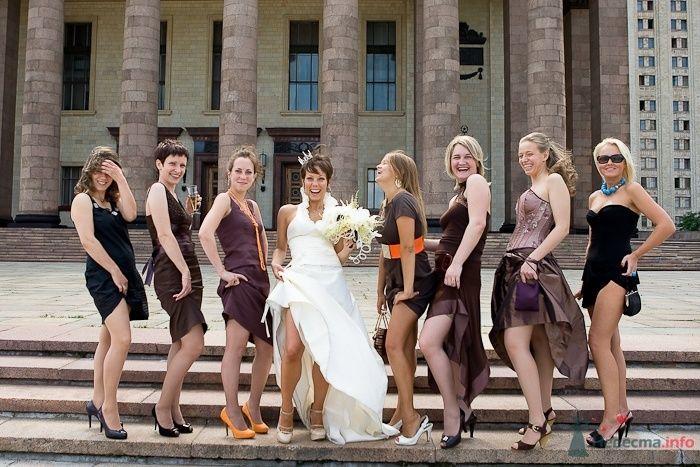 Счастливая невеста со своими подружками на свадебной церемонии, одетые в тематику самой церемонии, а именно в  коричневых платьях - фото 59756 Дашка