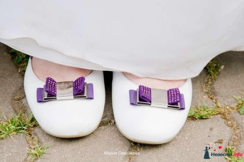 На ноге у невесты белые балетки с сиреневой брошкой.  - фото 126056 Пухлик