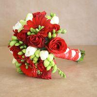 Букет невесты из красных роз, гербер и белых фрезий