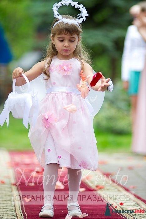 Девочка с лепестками роз