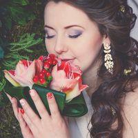 маникюр невесты, прическа, макияж, красный букет