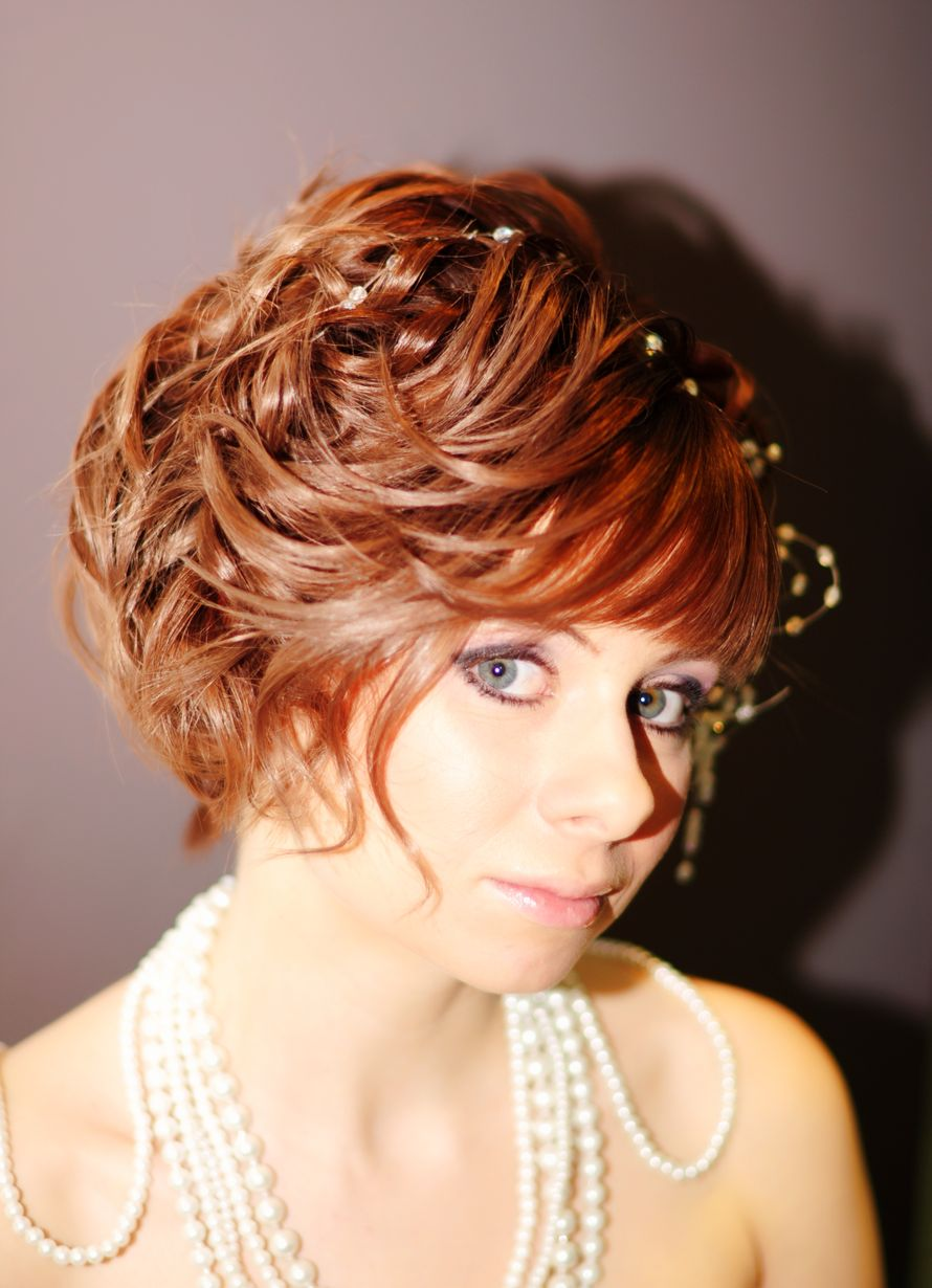 Нежный свадебный образ невесты подчеркнут прической на короткие волосы - собранные локоны, украшенные цветами - фото 1140285 Салон красоты Мэйли