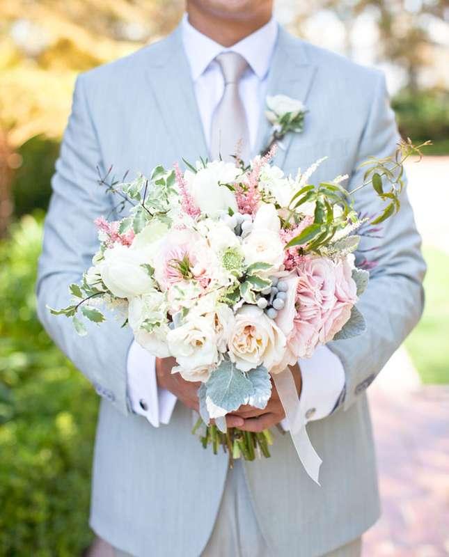 Жених в голубом костюме и галстуке, с букетом невесты из белых и розовых пионов, белых  персиковых роз, зелени, серой брунии и - фото 1183037 Свадебный распорядитель Дарья Емельянова