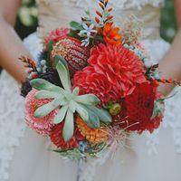 Красный букет невесты из астр и сукулентов