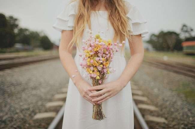 Летний букет невесты из желтых краспедий, желтых и розовых цветов антирринум, в стиле рустик  - фото 1183203 Свадебный распорядитель Дарья Емельянова