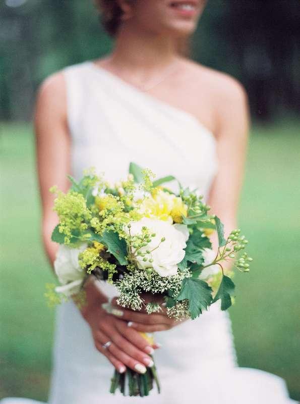 Букет невесты из белых пионов, белого трахелиума, желтых краспедий и салатовой алхемиллии - фото 3072173 marymonroy