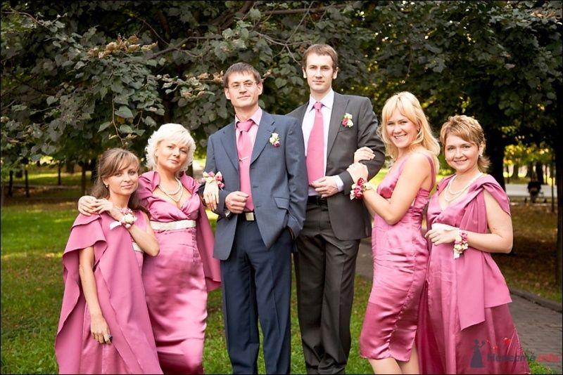 Подружки невесты в розовых платьях, розовые розовые бутоньерки на руке, друзья жениха в белых рубашках с розовыми галстуками,  - фото 53901 Tanuha