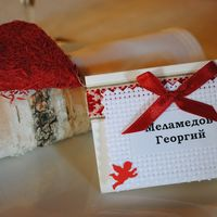 Рассадочные карточки с украинскими орнаментами и березовые кольца для салфеток (подходят и для русской свадьбы)