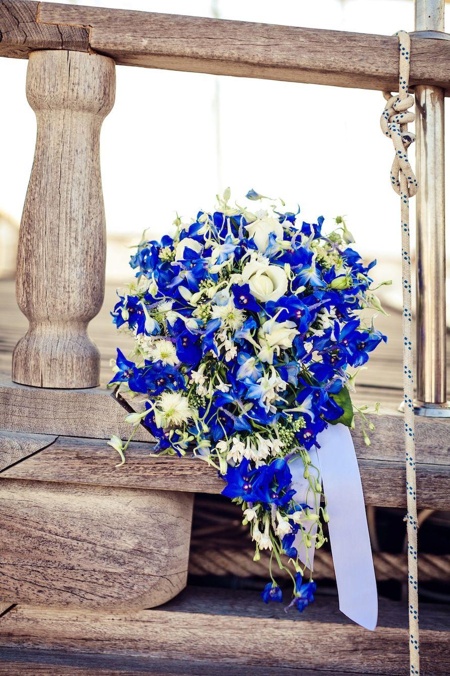 Букет невесты из голубых фиалок и белых роз - фото 1884367 Видеограф Света Кехузаки и Фотограф Анастасия Кашина
