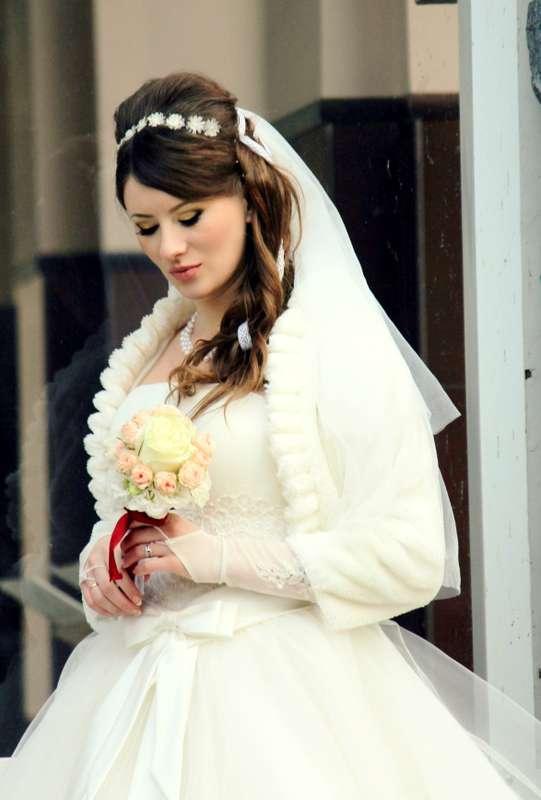 """Нежный свадебный образ невесты подчеркнут прической на длинные волосы- собранные локоны, украшенные фатой и цветочками - фото 1519955 Школа-студия """"Бабенко make up"""""""