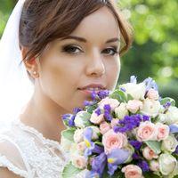 Невеста с букетом из сиреневых ирисов и розовых роз