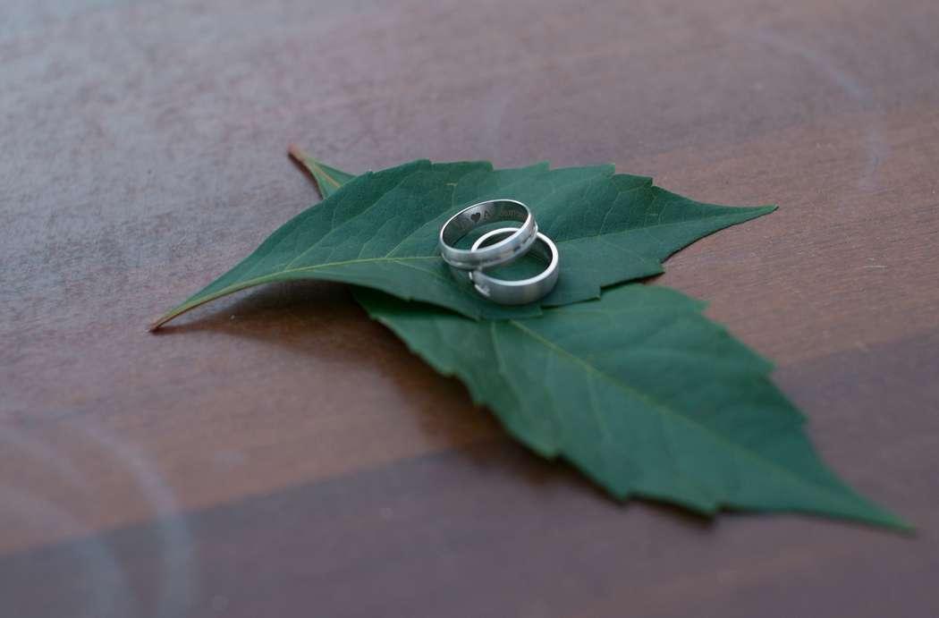 два кольца на листьях, гравировка на кольцах с датой свадьбы и инициалами молодожен - фото 2180710 Фотограф Натали Малова