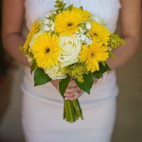 Букет невесты из желтых гербер и белых роз