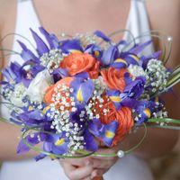 Букет невесты из голубых ирисов и орнажевых роз