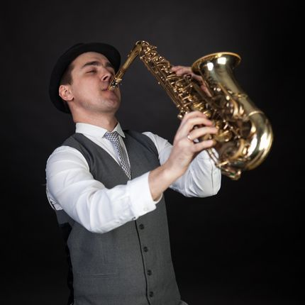 Саксофонист в течении всего мероприятия