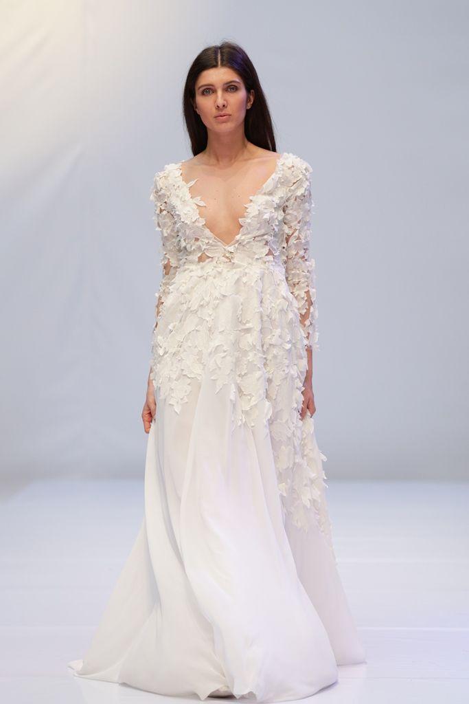 Безкорсетное свадебное платье молочного цвета. Мягкая струящаяся юбка сшита из шелка, платье декорировано большим количеством кружевных аппликаций. - фото 2266860 Cathy Telle - свадебные платья