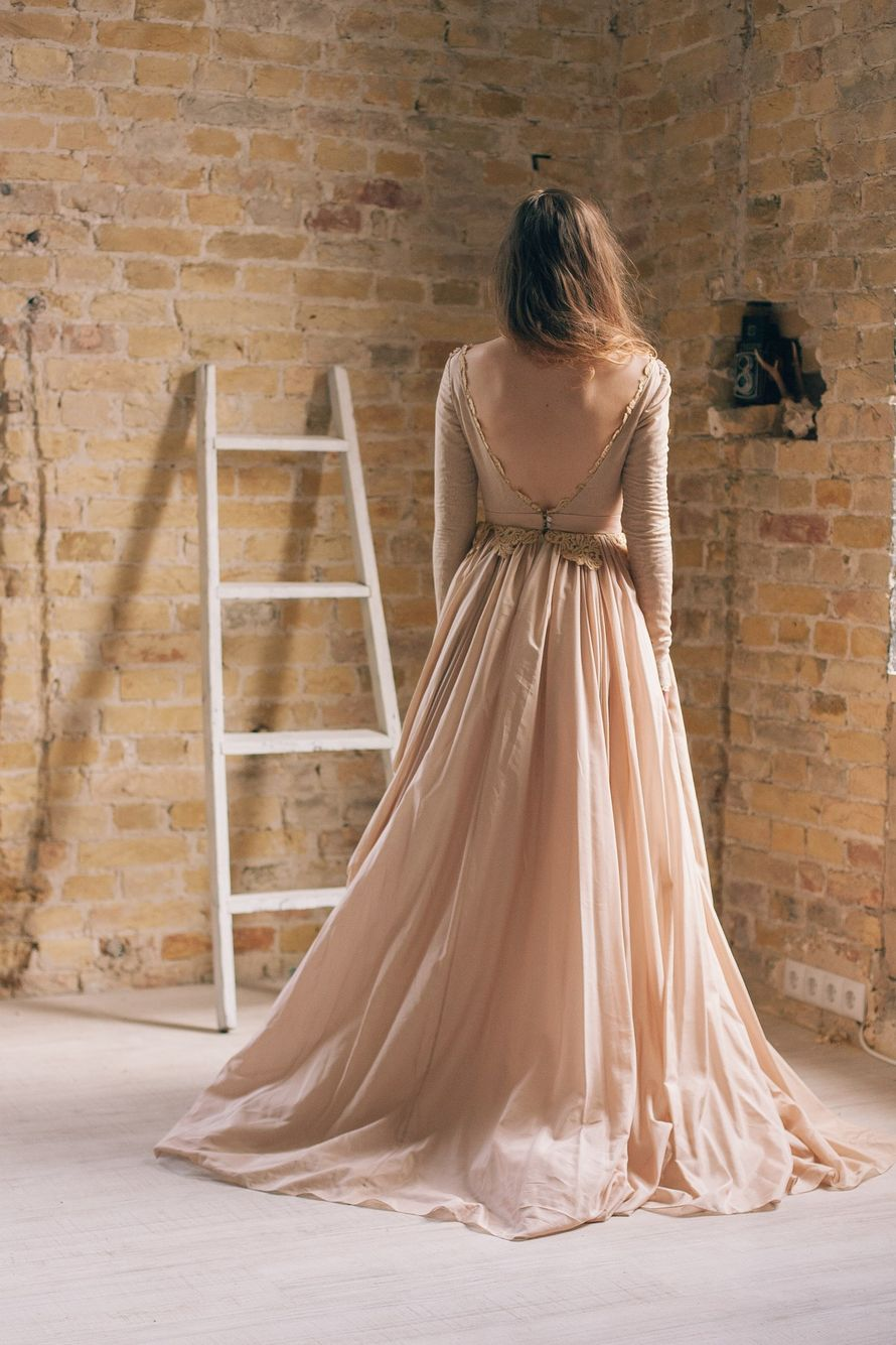 Невеста в платье А-силуэта кофейного цвета с закрытым кружевным корсетом с длинными рукавами и открытой спиной  - фото 2548397 Cathy Telle - свадебные платья