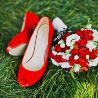 Красные туфли и букет для невесты