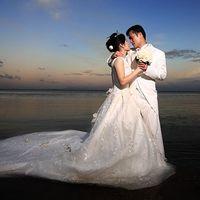 Свадебные объятия молодоженов на фоне морского заката