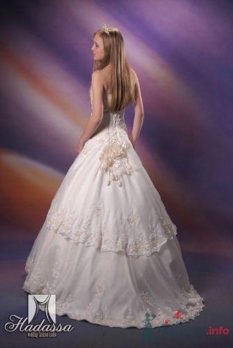 """Прокатный атлас, тафта, французское кружево, с ручной вышивкой биссером, берка. 32000 рублей - фото 10431 Студия свадебной моды """"Артрина"""""""