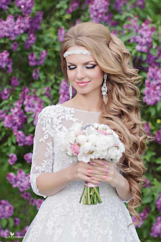 Романтический образ невесты выражен в прическе из полу распущенных длинных локонов собранных на бок с белой повязкой, с ярким - фото 2403570 Свадебный фотограф Лилия Фадеева