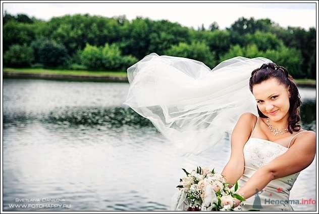 Невеста с букетом цветов на фоне озера - фото 53423 Lana Danilova