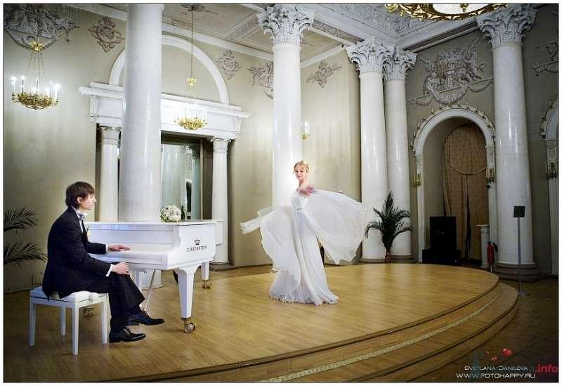 Невеста в белом платье танцует на сцене - фото 53438 Lana Danilova