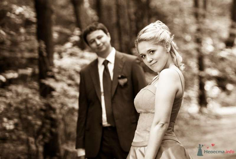Жених и неевста стоят вместе в лесу - фото 47211 Ivetta