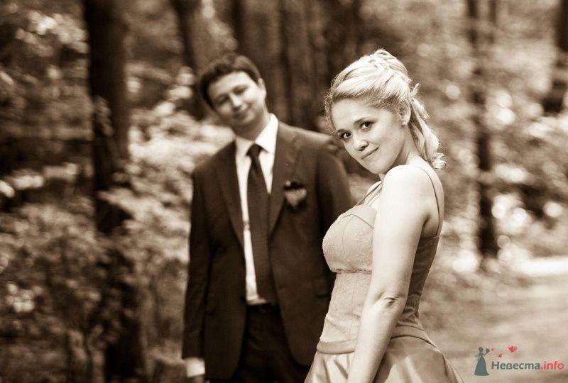 Жених и неевста стоят вместе в лесу