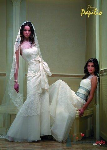 Платье, на моделе которая стоит