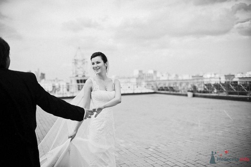 Жених и невеста, взявшись за руки, идут по площади - фото 34957 Мариника