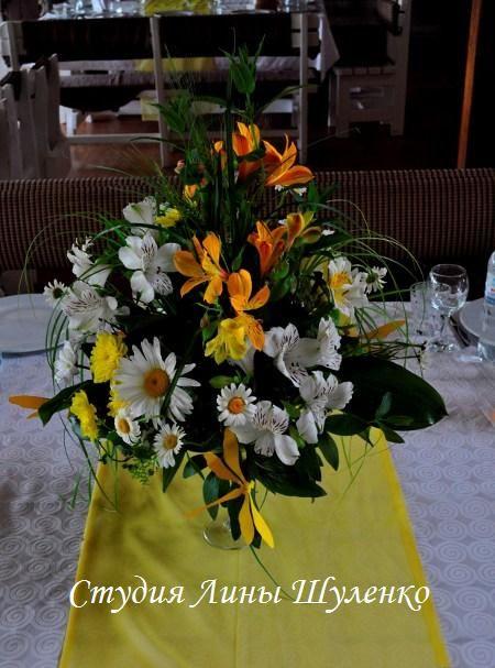 Желтая свадьба в Крыму.Оформление свадебного зала живыми цветами.в Симферополе. Композиции на столы гостей.