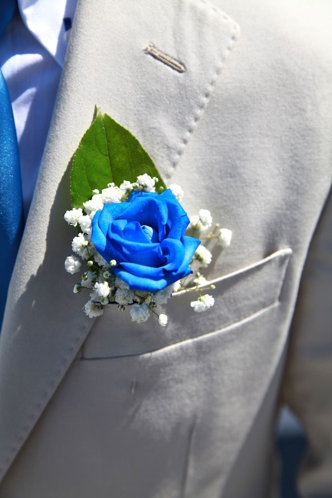 Бутоньерка из синей розы, белых цветов гипсофилы и зеленого листа, в  петлице серого пиджака   - фото 1613536 Exclusivaweddings - организация свадьбы на Санторини