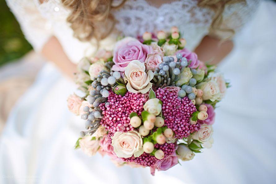 Букет невесты с розовыми ягодами гиперикума, цветы для дачи
