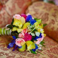 Яркий букет невесты в розовых, желтых и голубых тонах из ирисов, роз и орхидей