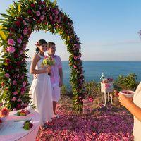 Великолеплания церемония в розовых тонах. На утесе острова Бали.