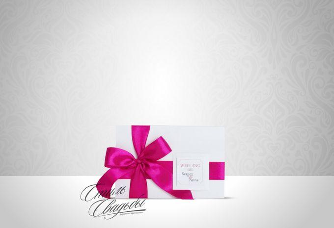 Свадебное приглашение, изготовленное из дизайнерской перламутровой бумаги белого цвета, декорированное атласной лентой цвета фуксии. На обложке табличка с инициалами жениха и невесты. Возможно исполнение в ЛЮБОМ цвете!!!