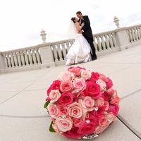 Счастливые жених и невеста и свадебный букет!