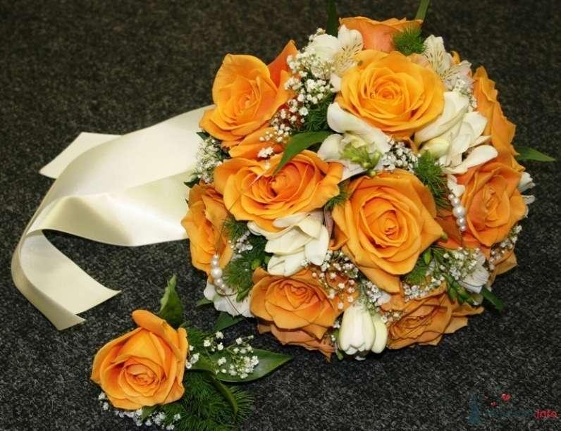 Круглый букет невесты и бутоньерка из оранжевых роз, зелени, белых фрезий и гипсофилы, декорированный белой атласной лентой  - фото 30938 JuliaJune