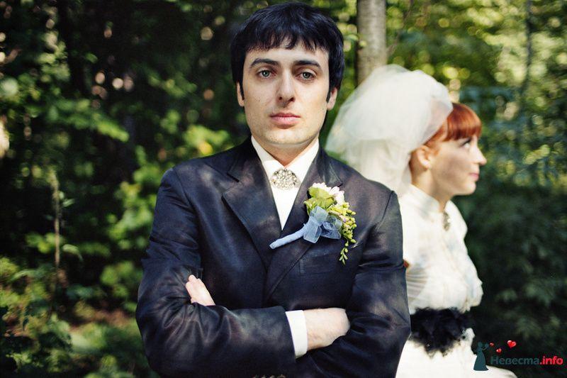 Синий блестящий костюм жениха с белой рубашкой, брошью с белыми стразами и бутоньеркой из желтых и белых цветов, в петлице пиджака - фото 85117 Хлоя